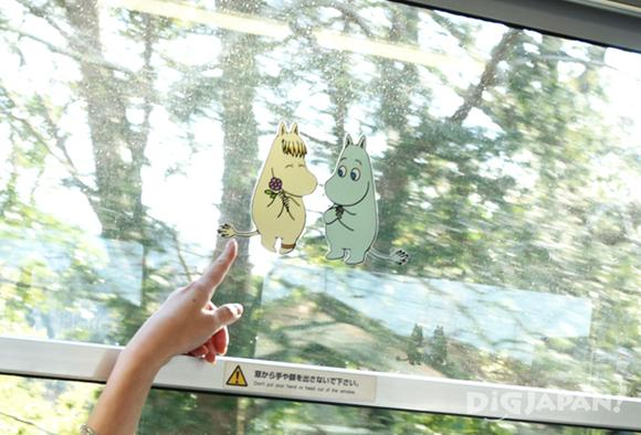 窓に貼られたムーミンのシール