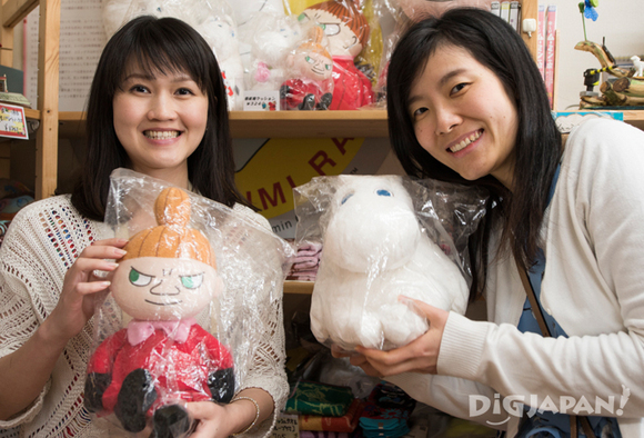 The girls buy plushie Moomins