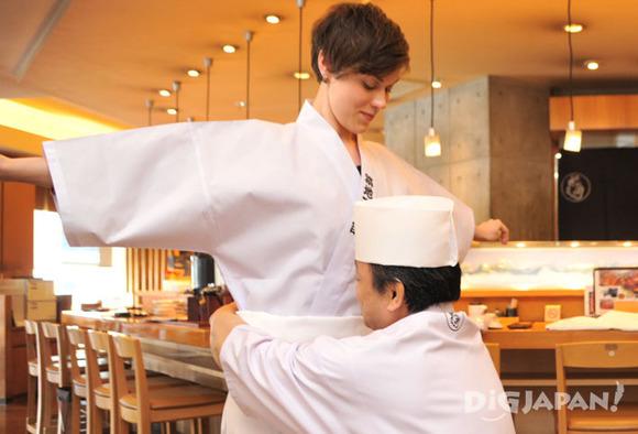 寿司づくり体験の白衣を着付け