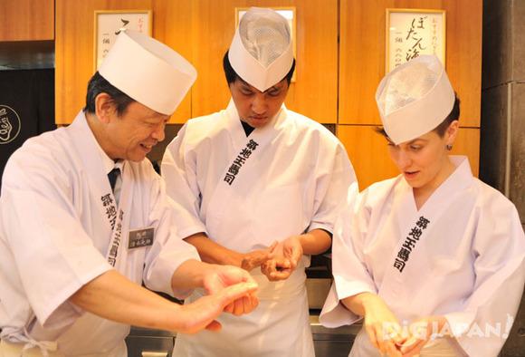 寿司職人からにぎり方のレクチャー