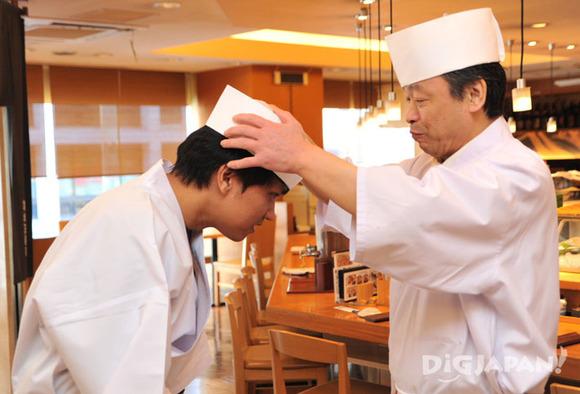 寿司づくり体験の白衣と帽子を着付け