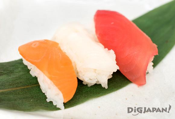 トングで整えてにぎり寿司の完成