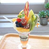 พาเฟ่ต์ผลไม้ยอดฮิต อัดแน่นจนล้นแก้วที่ Fruit factory Mooon de Retro คิตะคิวชู