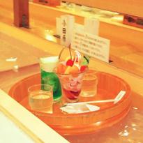 ขนมลอยมาเสิร์ฟด้วยเรืออ่างไม้? ร้านขนมน่ารักในบรรยากาศเรโทร Donguri