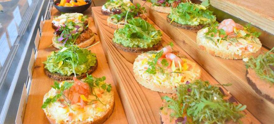 화려한 오픈 샌드위치 오모테산도 '니콜라이 버그만 노무'