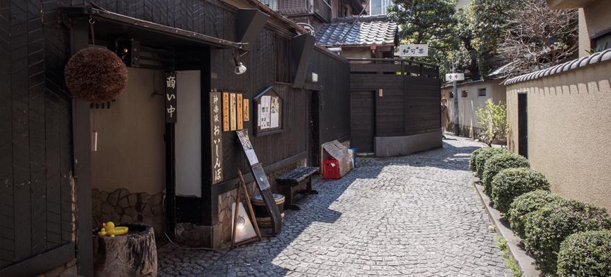9 สิ่งที่ต้องทำบนถนนสายเก่าแก่ 'คากุระซากะ'