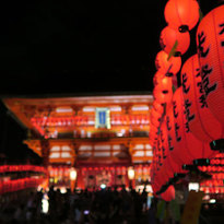 อุโมงค์เสาโทริหมื่นต้นประดับประดาไปด้วยโคมแดงที่ศาลเจ้าฟูชิมิอินาริ ไทฉะ ณ เกียวโต