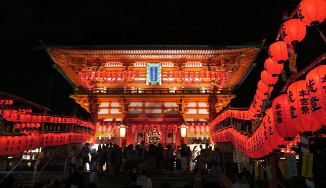 年に1度!鳥居と真っ赤な提灯が並ぶ幻想的な景色 京都・伏見稲荷大社宵宮祭