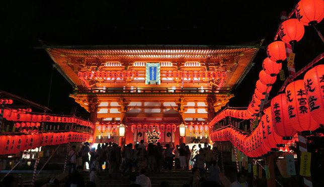 ปีละครั้งเท่านั้น! อุโมงค์เสาโทริหมื่นต้นประดับประดาไปด้วยโคมแดงที่ศาลเจ้าฟูชิมิอินาริ ไทฉะ ณ เกียวโต