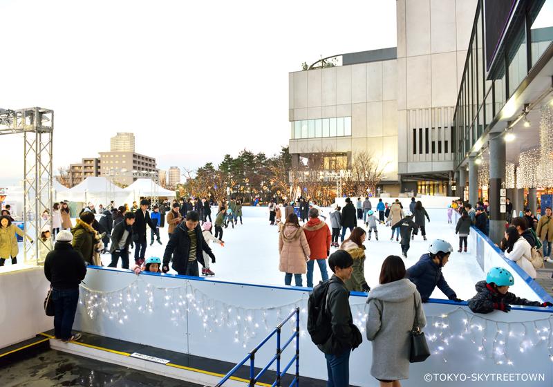 东京晴空塔城期间限定的滑冰场