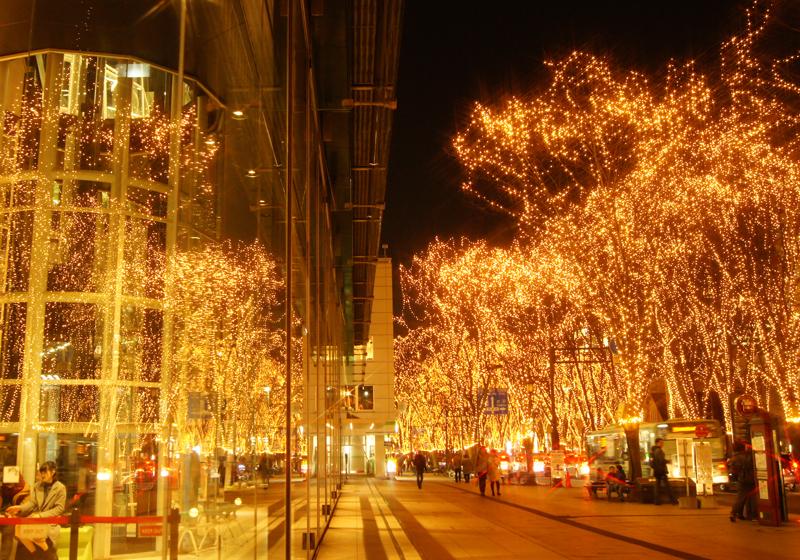 燈影輝煌的仙台媒體中心前