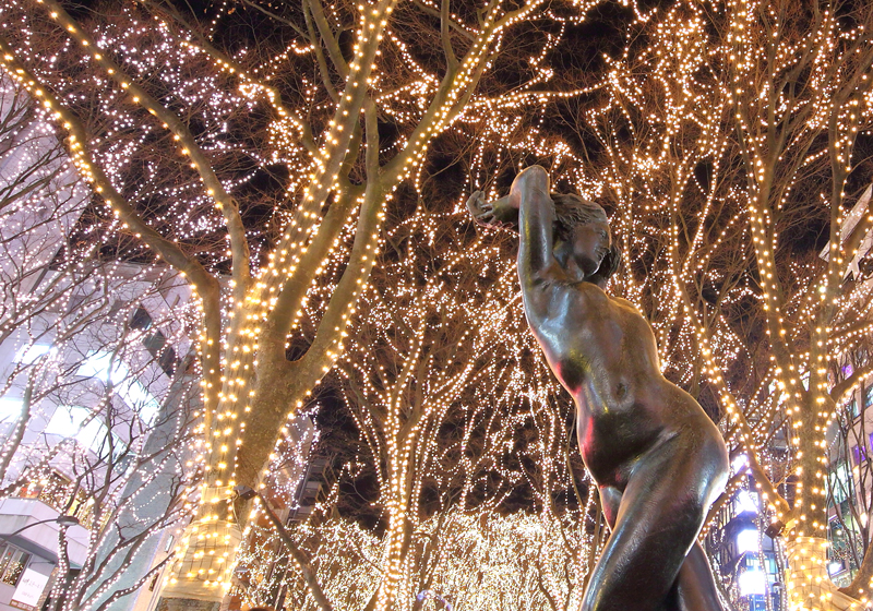 彩燈閃爍中的青銅像