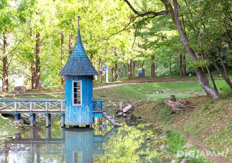 尖頂帽的夢幻藍色小屋