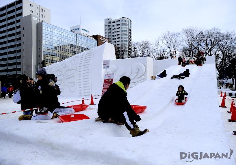 カップヌードル雪像の子供専用滑り台
