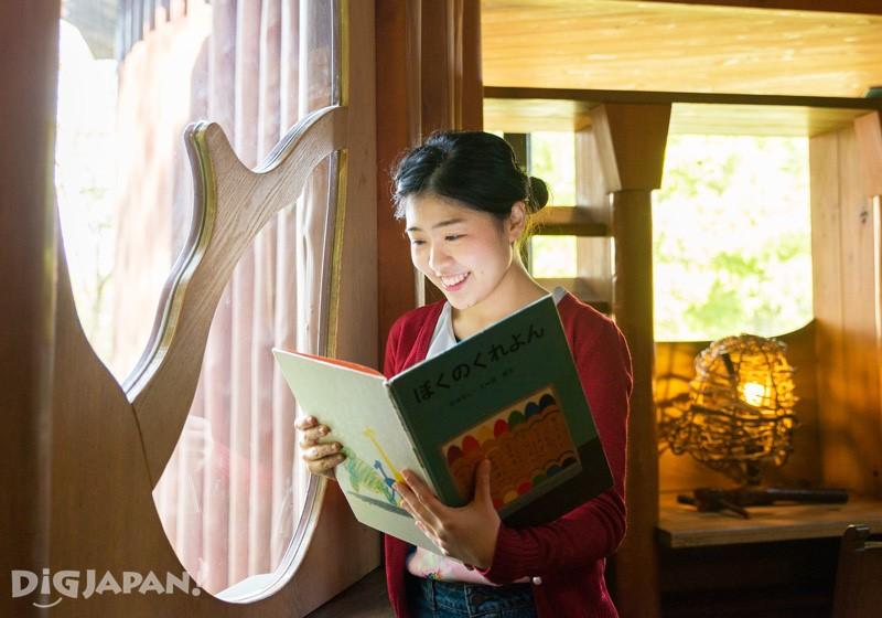 อ่านหนังสือในบ้านต้นไม้