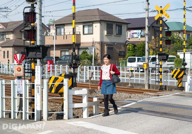 1. 出站後右轉,沿著鐵道前進過平交道