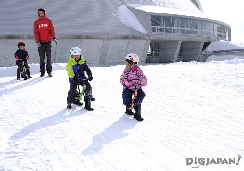 雪上自転車で遊ぶこどもたち