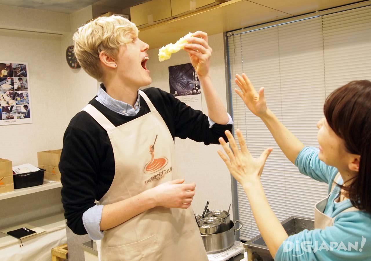 天ぷらを食べそうになるリン