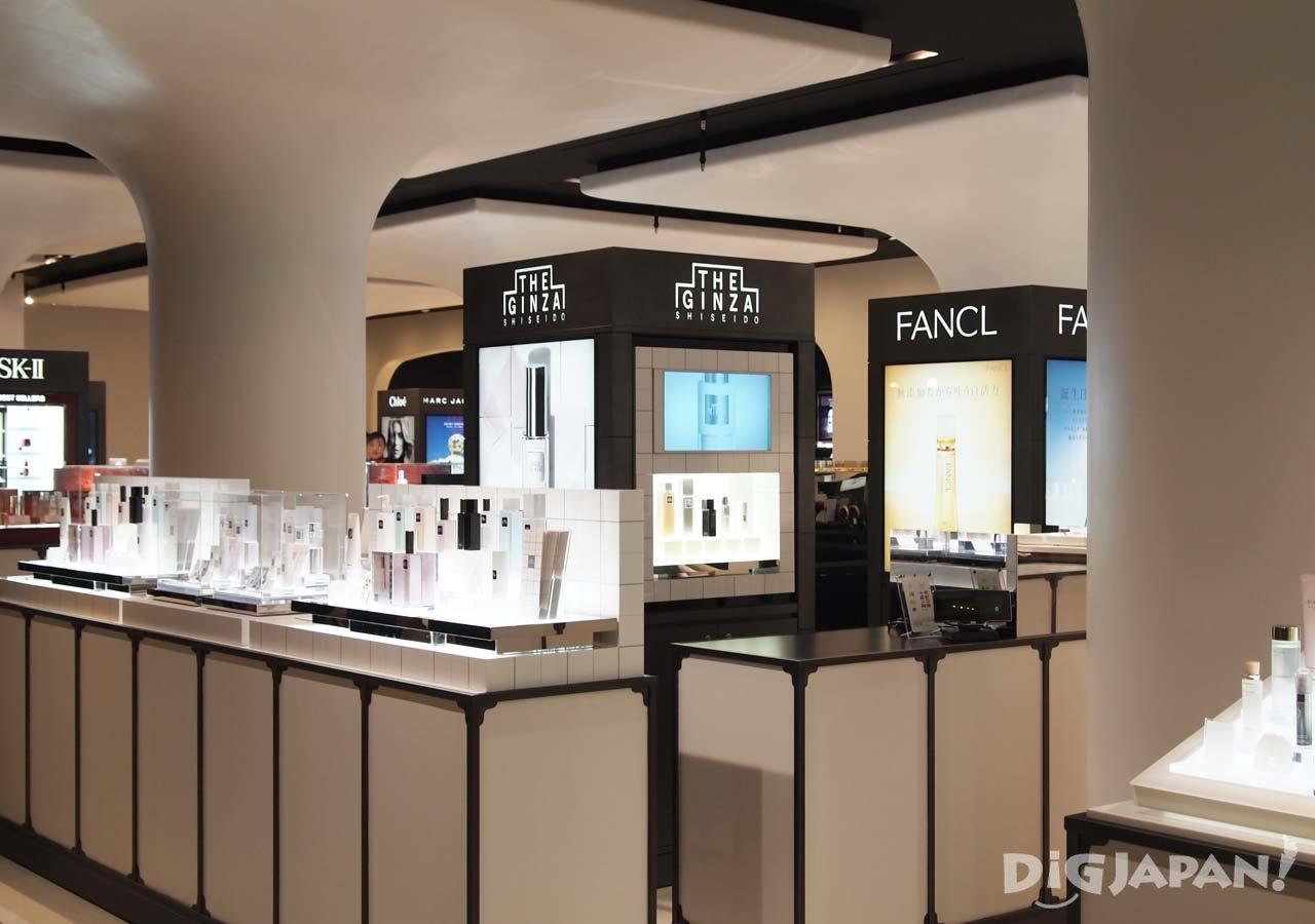 化粧品、香水コーナー