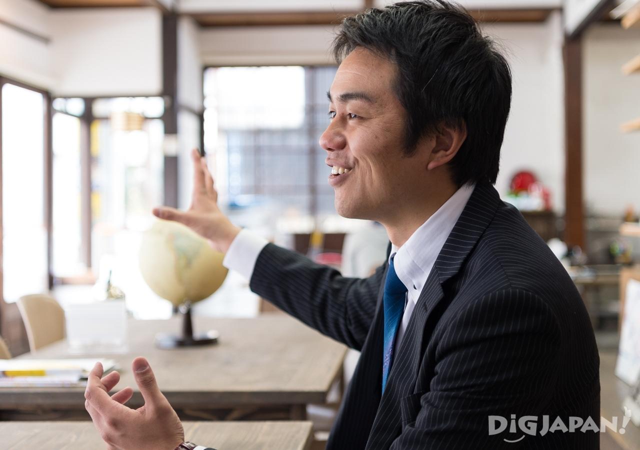 「カスタマーサポートを通じてお客様とコミュニケーションできるのが楽しい」と笑顔で語る藤山氏