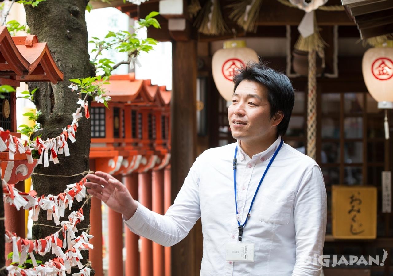 商店街にある小さな金毘羅神社も外国人には人気のスポット