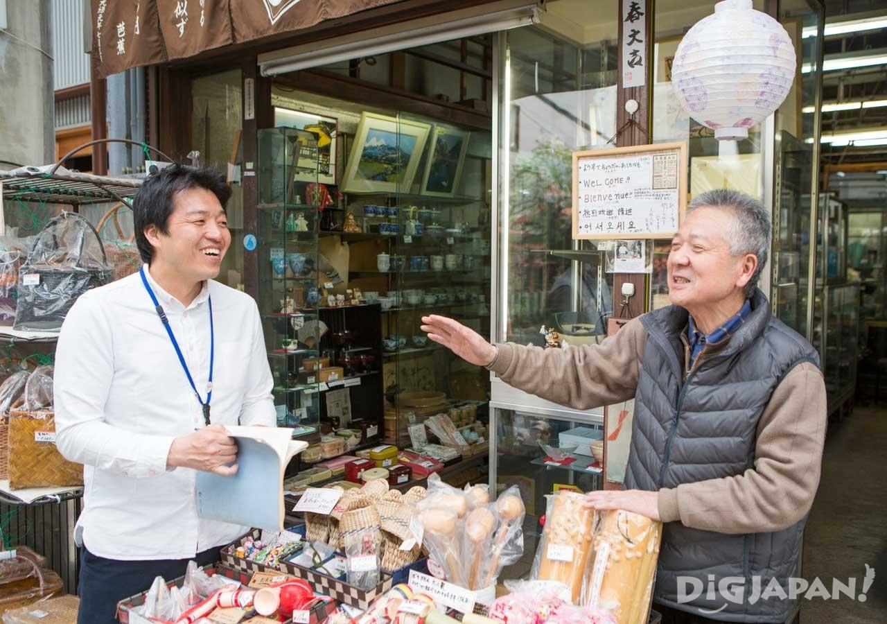外国語表記を積極的にしている円頓寺商店街の老舗店