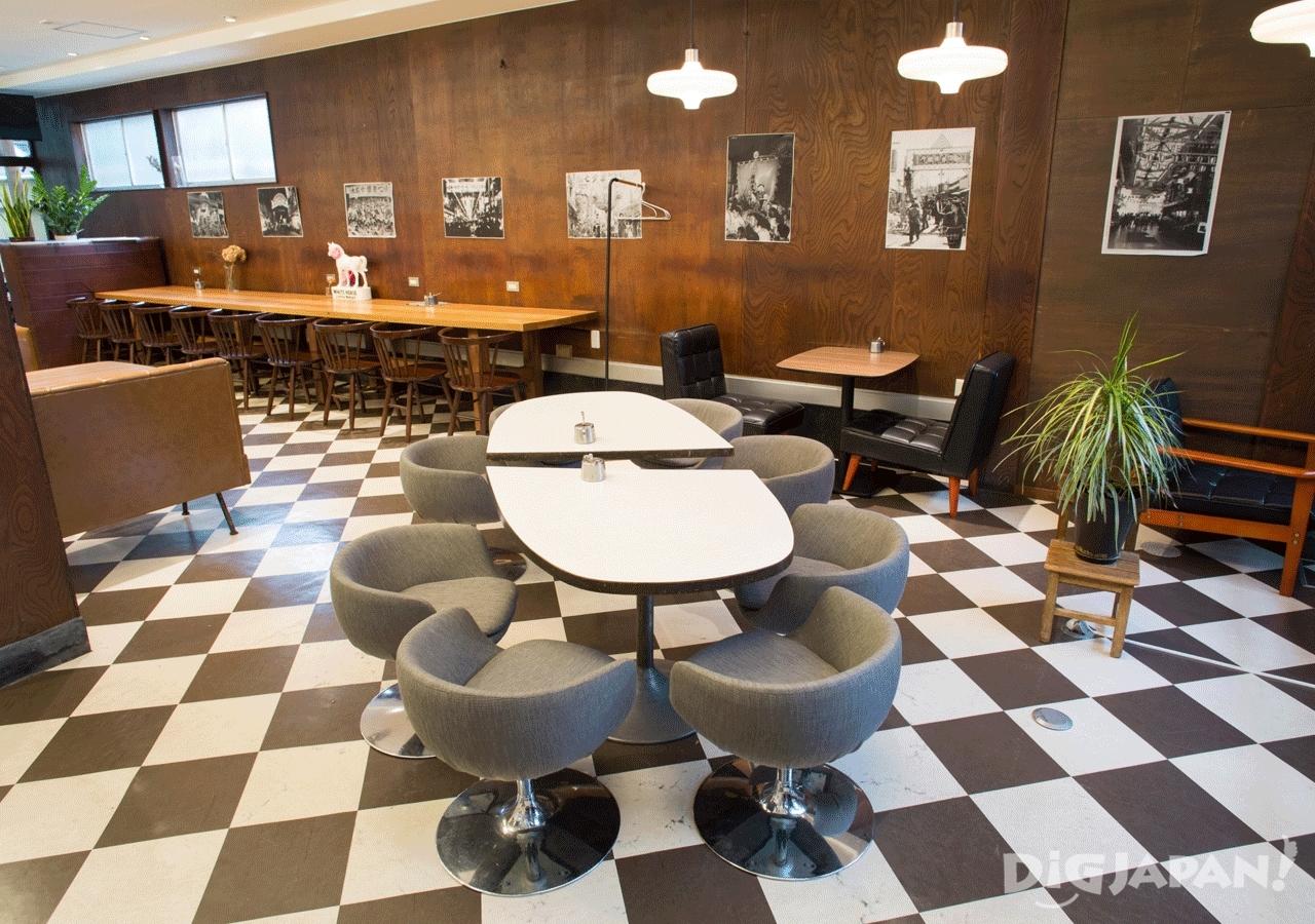 テーブルや椅子もレトロな雰囲気の1階カフェ内部