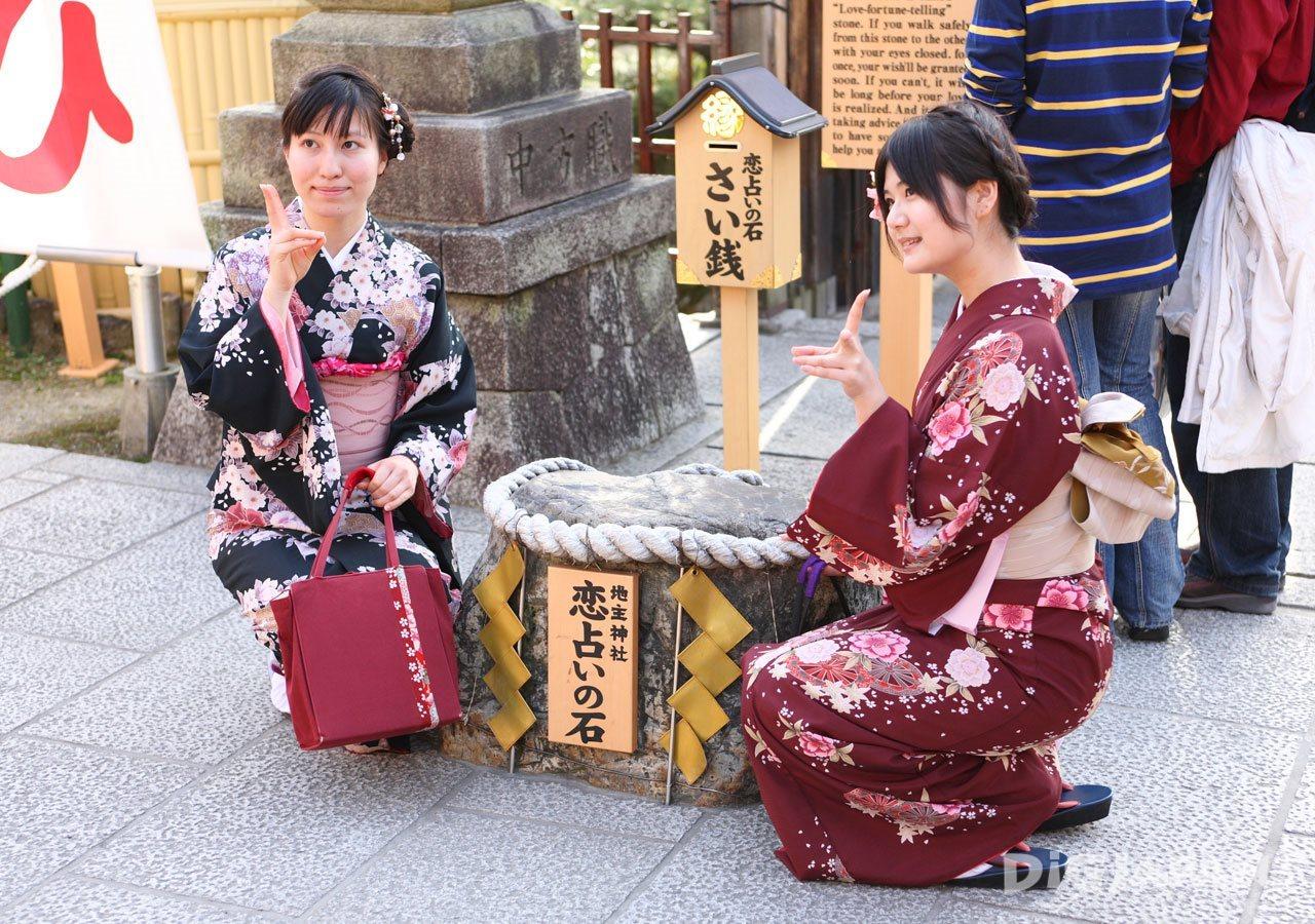 地主神社_恋占いの石