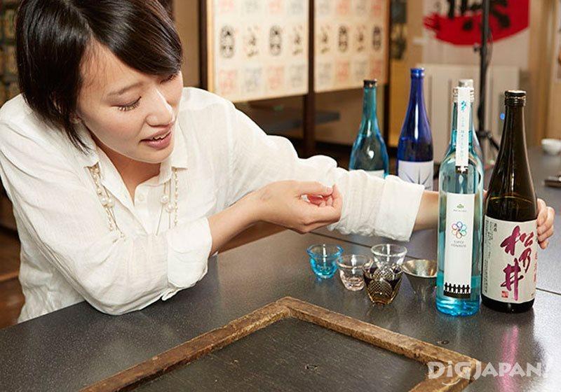 ラベルに注目する利き酒師の佐藤真貴子さん