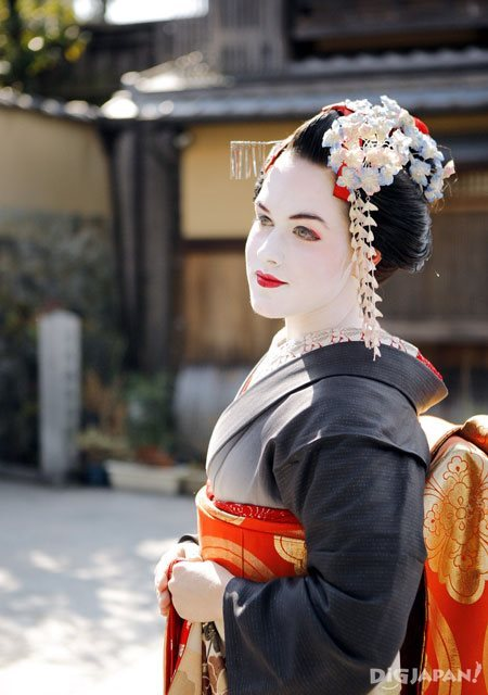 american girl dressed as a maiko