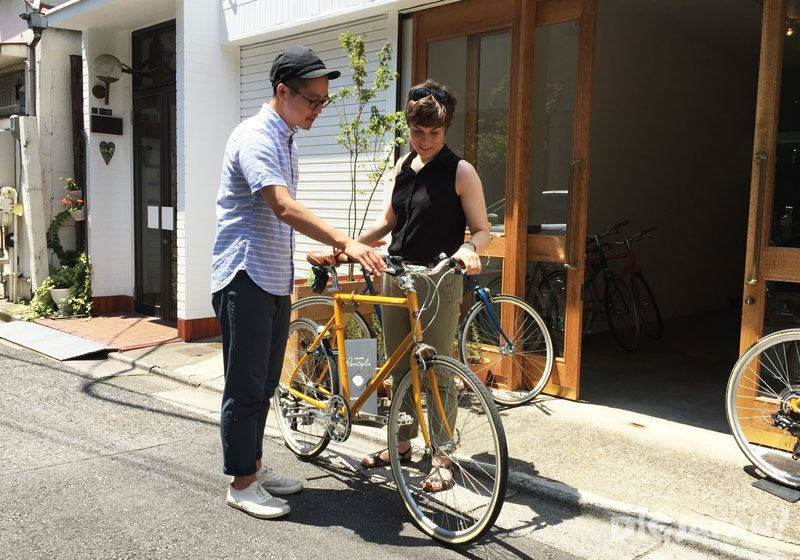 tokyobike staff and customer