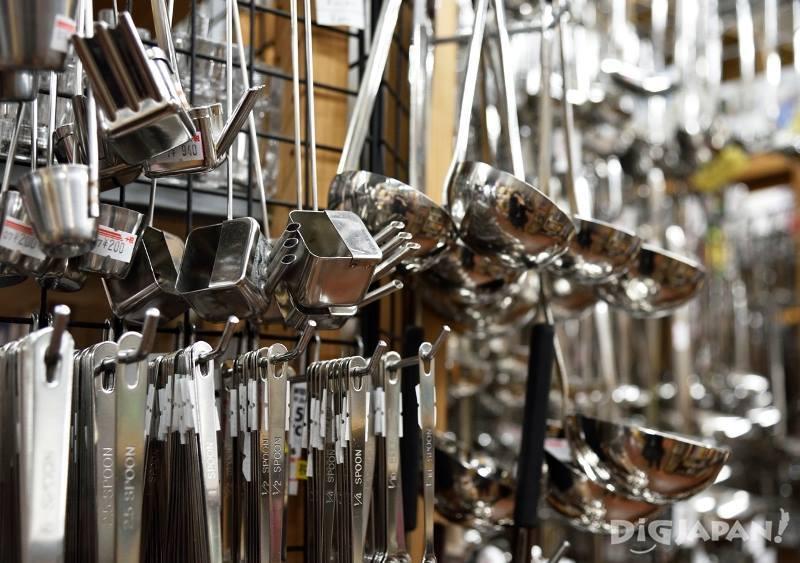 たくさんのキッチン用品が所狭しと並ぶ飯田屋