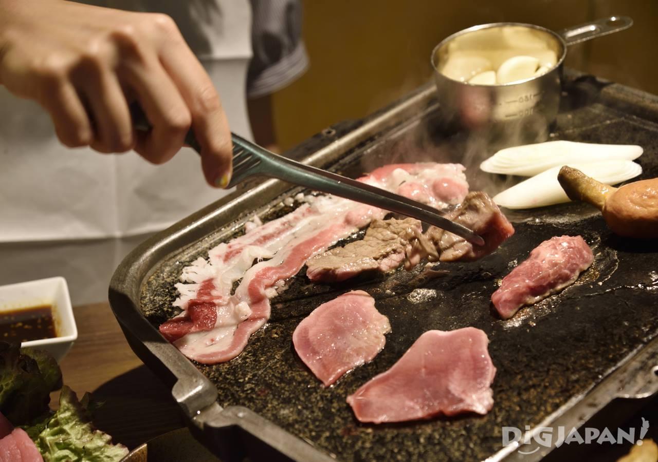 肉CHIKAの焼き肉は鉄板がポイント