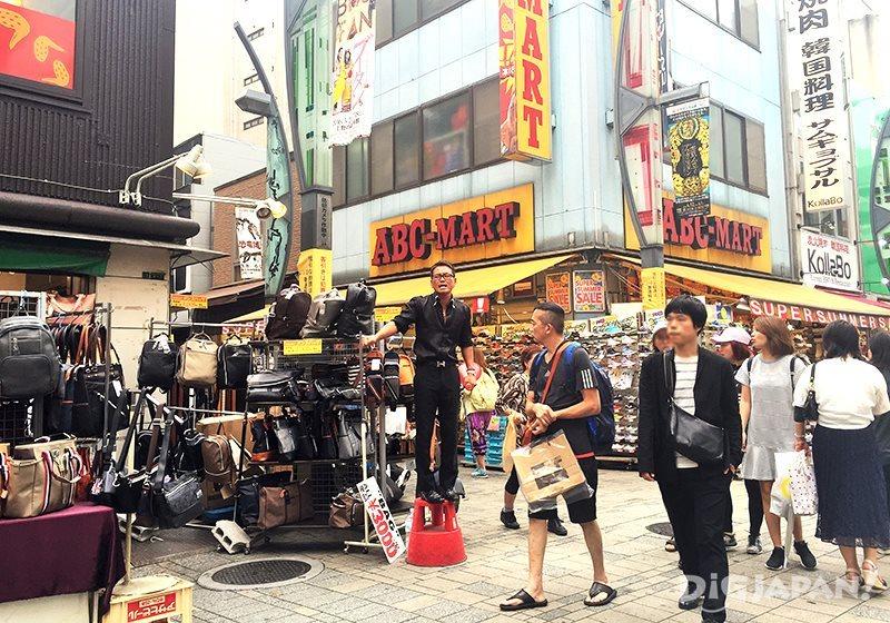 เดินเที่ยวตลาดอาเมะโยโก_ร้านกระเป๋ารองเท้า