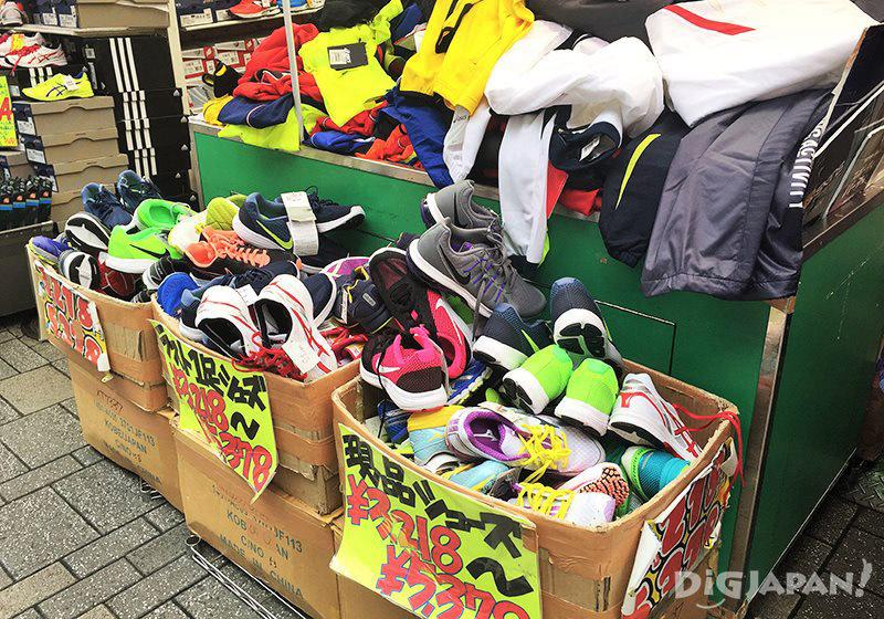 เดินเที่ยวตลาดอาเมะโยโก_ร้านกีฬา