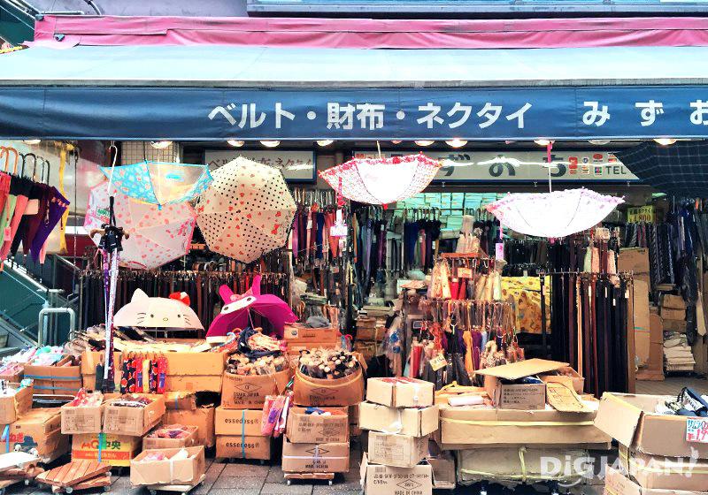 เดินเที่ยวตลาดอาเมะโยโก_ร้านร่ม