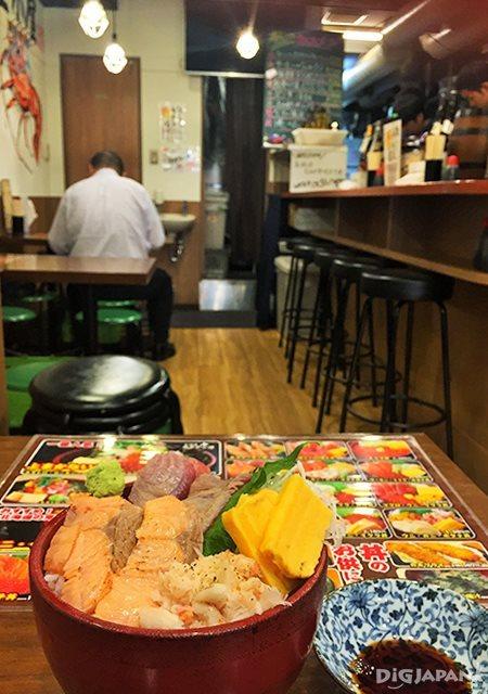 เดินเที่ยวตลาดอาเมะโยโก_บรรยากาศในร้านข้าวหน้าปลาดิบ
