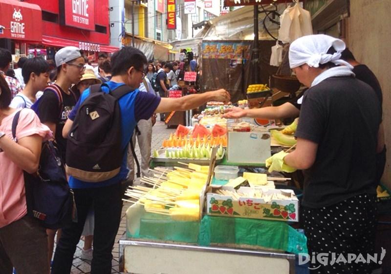 เดินเที่ยวตลาดอาเมะโยโก_ร้านผลไม้