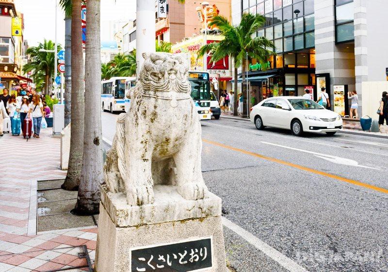 A statue of a shisa sits at the West Entrance of Kokusai Dori in Naha, Okinawa.