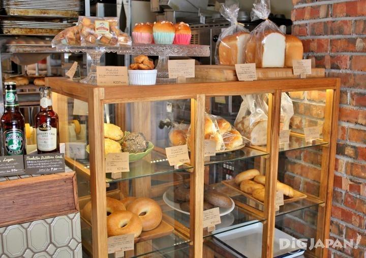 摆放着各式各样面包的展示柜