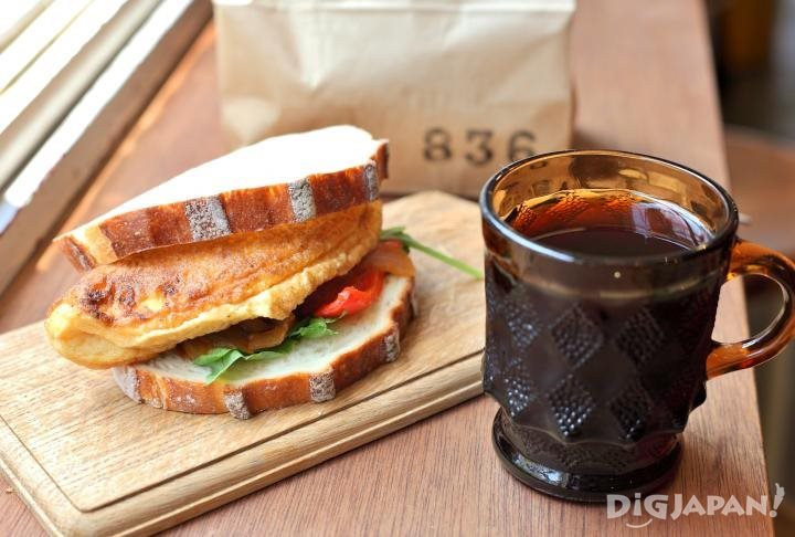 A soufflé-like omelet sandwich from COBATO836 (560 yen) and a cup of coffee from SECOND BANANA (300 yen).