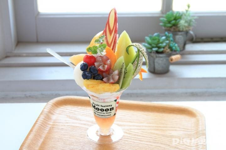 The Deluxe Parfait with seven types of seasonal fruit