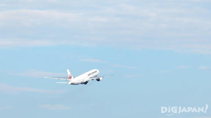 飛機從跑道上起飛,沖上雲霄