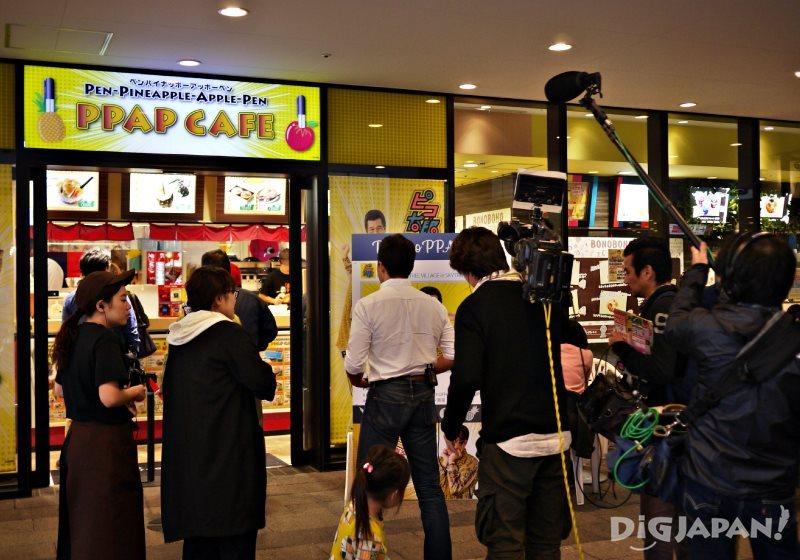 火爆的PPAP咖啡店吸引很多媒体来采访