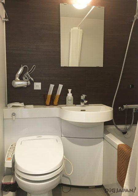 エンブレムホステル西新井_プライベートタイプのバスルームとトイレ