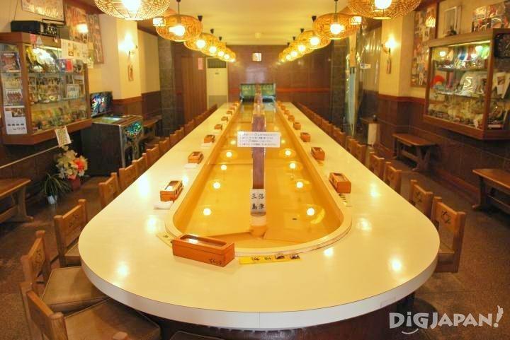 店內的大型迴轉台餐桌