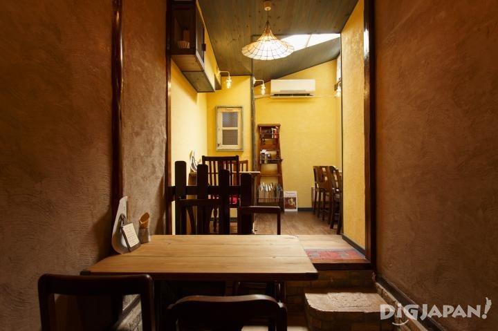 The inside of Entotsu Cafe
