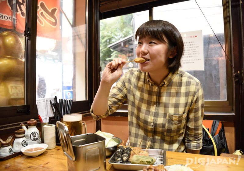 Eating kushiage at Kushiage Dongara-Gassyan