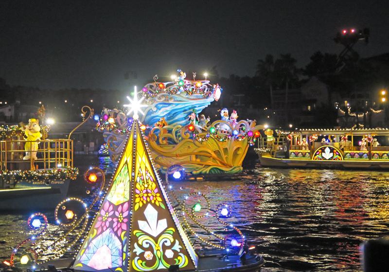 迪士尼明星们分乘三条船进行表演