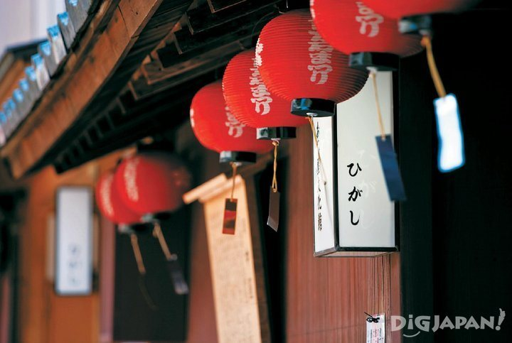 There are many cafes and variety stores in Higashi Chaya-gai